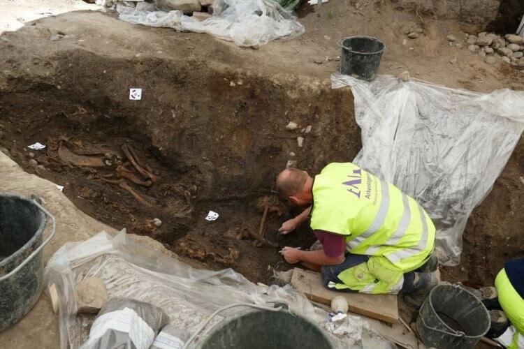 В Швеции нашли необычный корабль викингов с мертвыми телами и драгоценностями, изображение №3