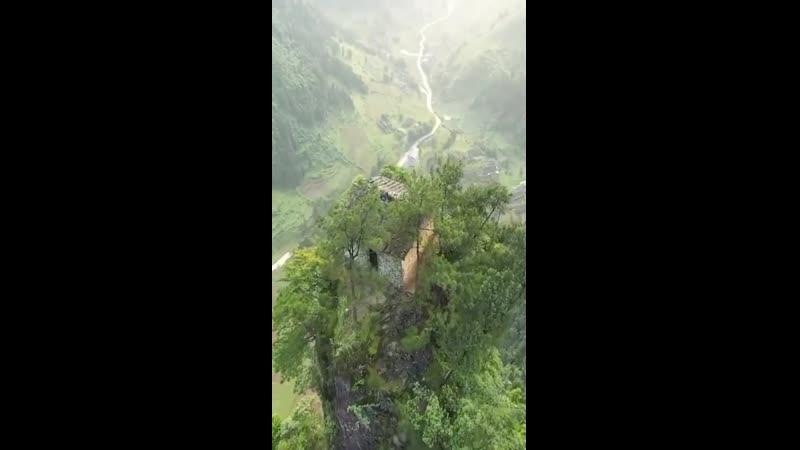 Загадочный дом построенный на вершине неприступной скалы Гуйчжоу Китай Жилье мечты всех интровертов