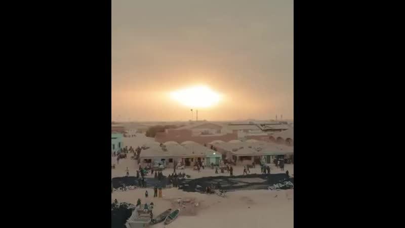 🛶 Раннее утро в Мавритании лодки выходят в море Рыболовство является основой экономики Мавритании экспорт рыбных ресурсов сос