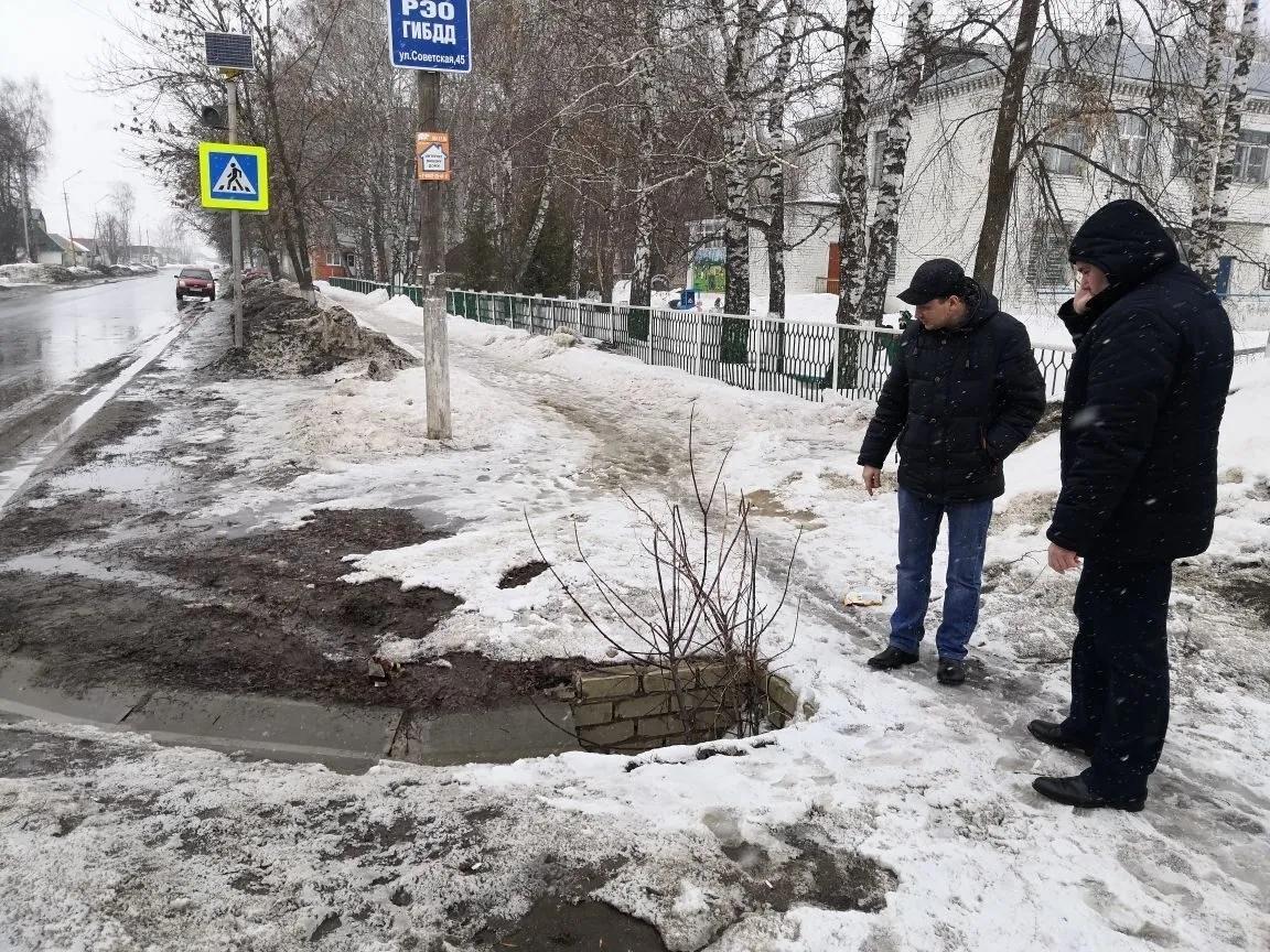 В Петровске продолжаются работы по очистке систем ливневой канализации