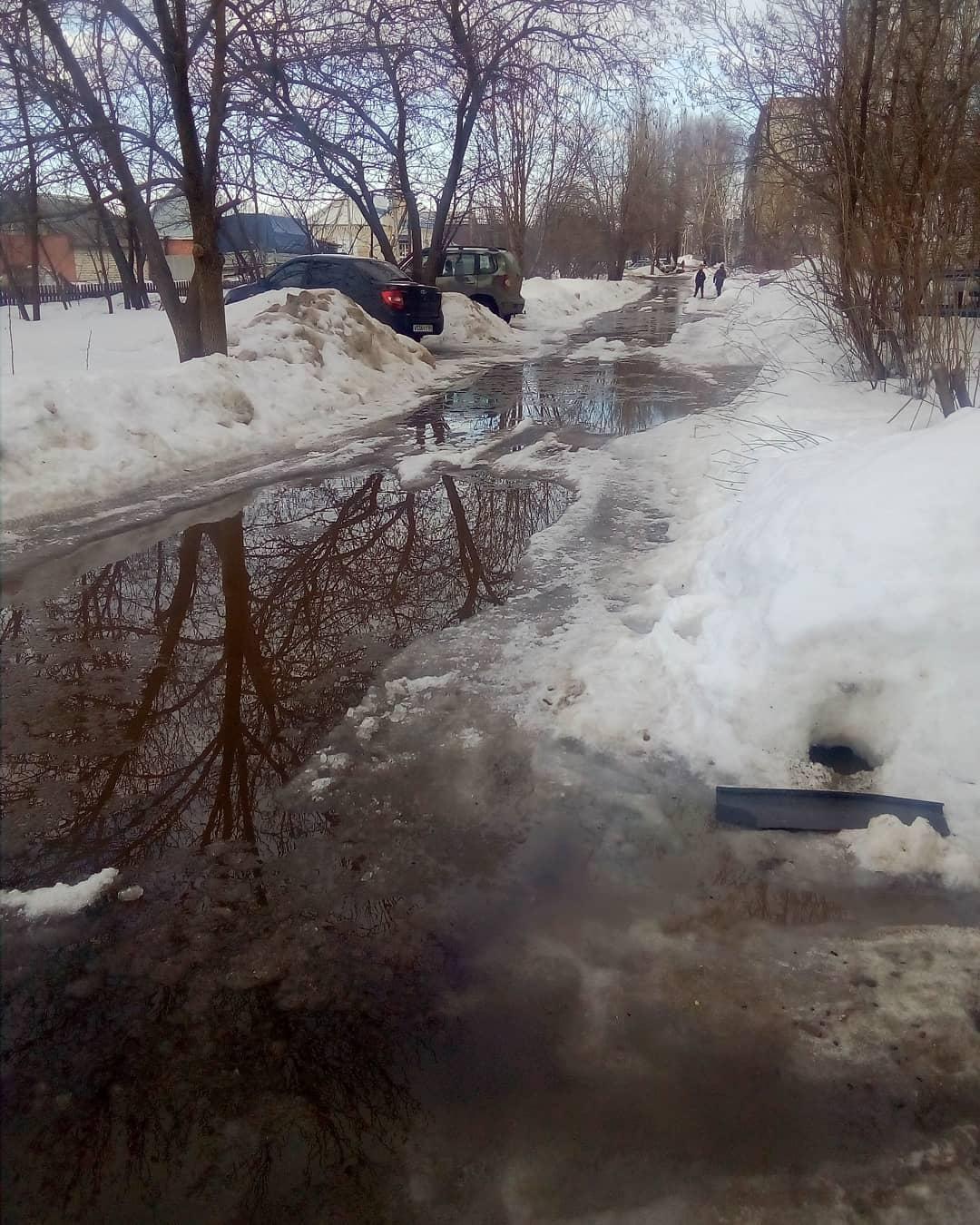 Как только в Петровск пришла весна, по большинству дворов многоэтажек стало невозможно пройти из-за талой воды