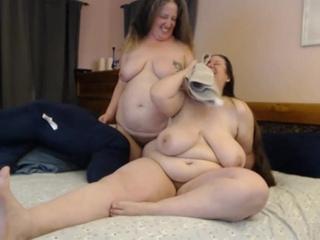 Две пухлые лесбиянки.