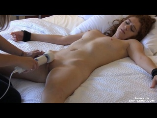 CFNF, принудительный оргазм – лесбиянка усыпляет гетеросексуальную подружку, раздевает догола и доводит до нескольких оргазмов