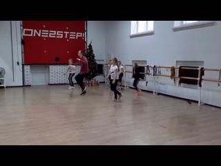 """Открытый урок для родителей в группе """"ХИП-ХОП ПО ВЫХОДНЫМ 7-14 лет""""  Саша Авдеев  танцы и фитнес   ONE2STEP!"""