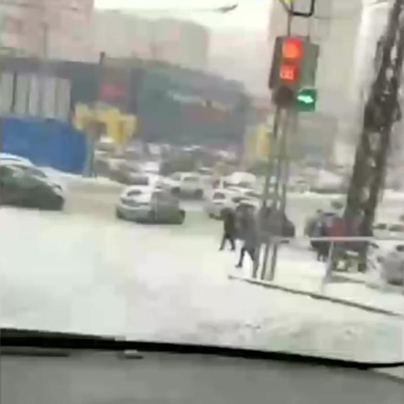 Во Владивостоке мужчина спас из под колес авто упавшую на гололеде девушку
