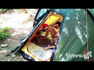 Подсмотрел как девчонка мастурбирует в палатке.mp4
