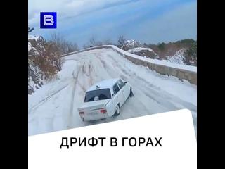 Гонщики устроили дрифт в горах Крыма на жигулях