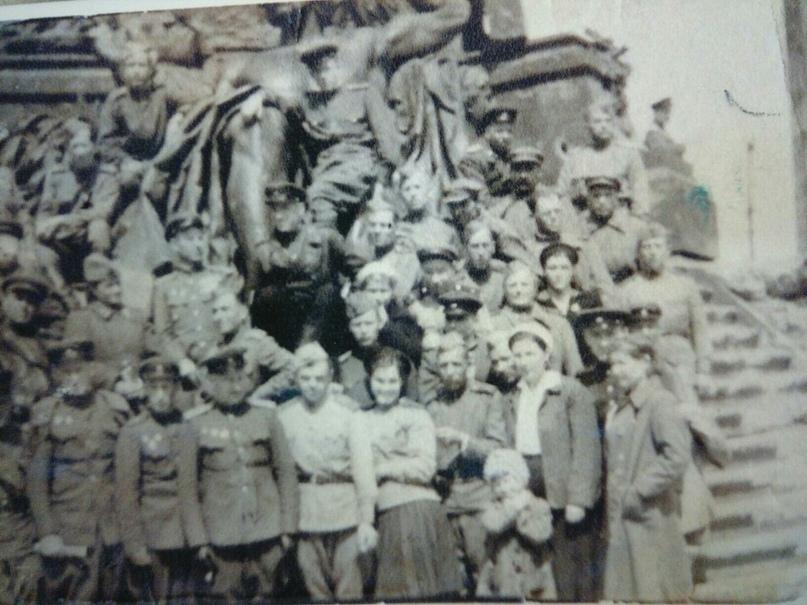 9 мая 1945 год. У стен Рейхстага. Маленькую девочку на фото зовут Светлана. Доро...