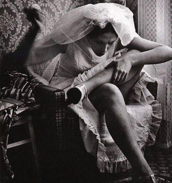 Невеста, зашивающая порванные колготки прямо на себе, СССР, 1970-е годы