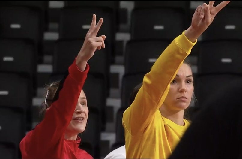 Ольга Фомина и Виктория Калинина показывают, сколько очков набрали россиянки