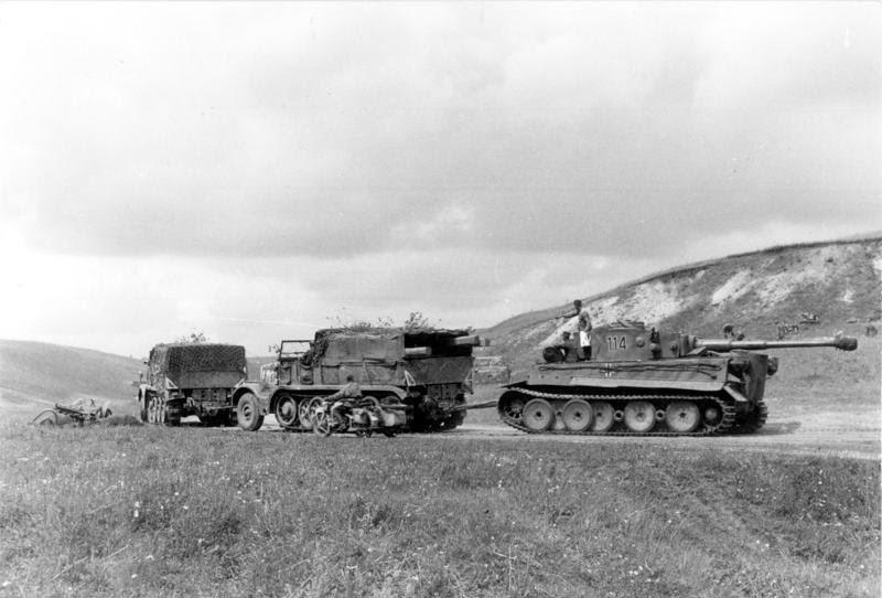 Эвакуацию поврежденных танков было легче осуществлять, если соединение имело высокое кол-во бронетехники. Работы можно было прикрывать огнём, а при потере участка, некоторое время сдерживать врага, пока эвакуация не будет закончена. Bundesarchiv Bild 101I 022 2926 11A