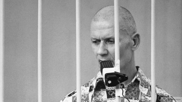 Полиция заработала на Чикатило! В Москве арестовали четырех старших офицеров столичного управления МВД по уголовному делу о получении взяток за помощь в съемках фильма о маньяке Андрее Чикатило.