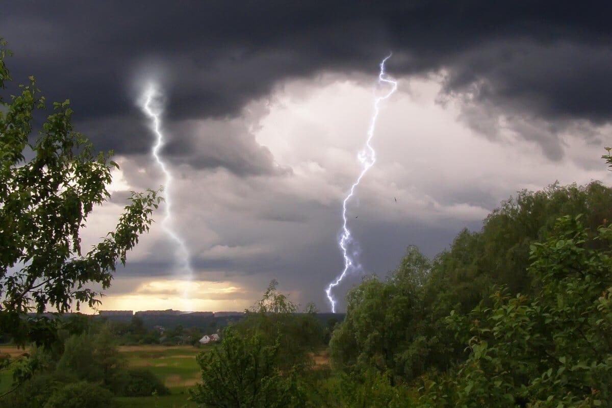 МЧС предупреждает о грозах и усилении ветра