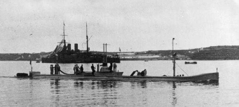 Подводная лодка «Камбала». На втором плане линейный корабль «Ростислав»