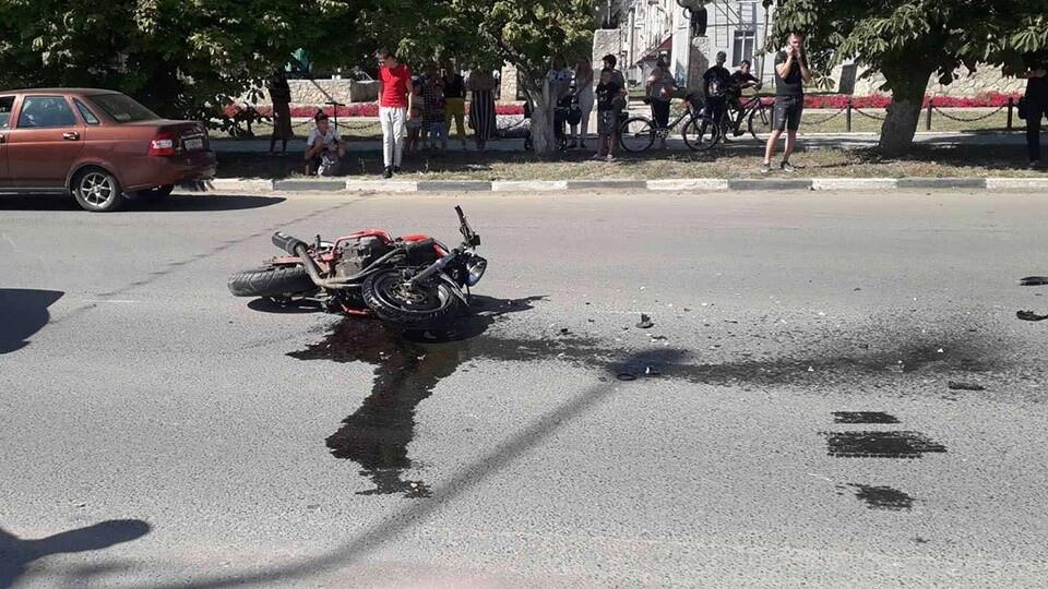 На центральной улице Петровска в ДТП погиб мотоциклист