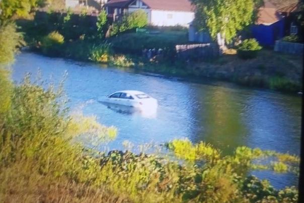На Урале таксист попытался проехать вброд через реку, но ...
