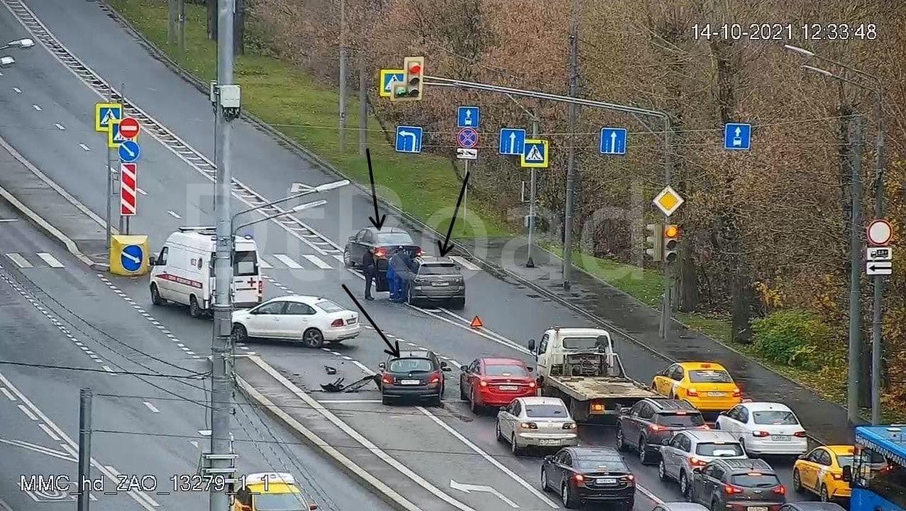 ️На улице Лобачевского в районе дома 42 на пересечении с улицей Михаила Певцова столкнулись три автомобиля.
