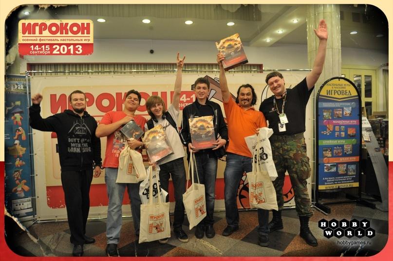 Я с победителями турнира по World of Tanks: Rush на самом первом Игроконе 2013 года в Москве. Посетители выстраивались в очередь, чтобы поиграть в WOT: Rush. Игра была настолько своевременна, что присоединялись даже 5-летние дети вместе с отцами.