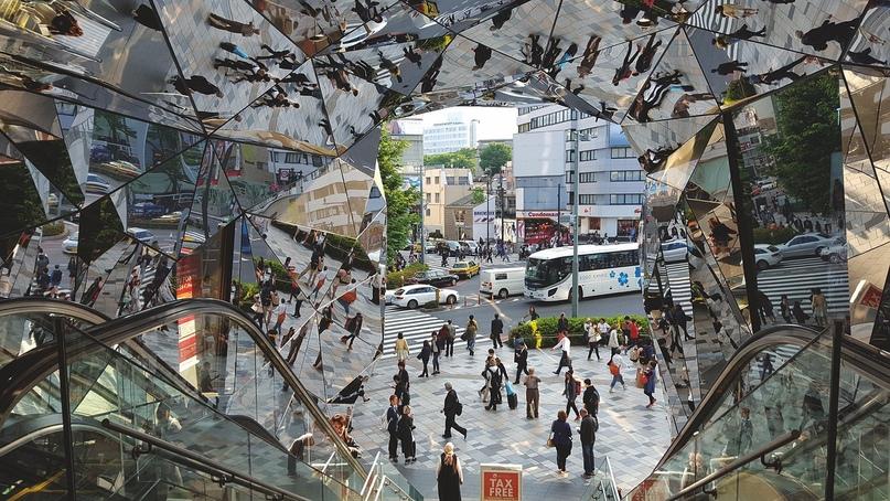 В торговый центр Tokyu Plaza Harajuku ведёт зеркальный портал: по задумке архитектора Хироси Накамуро смена отражений символизирует изменчивость и непостоянство моды.