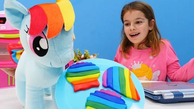 My Little Pony oyuncakları ile evcilik oyunları oynayalım. Play Doh oyun hamuru ile kurabiye.