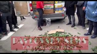 Фермеры разбрасывают огурцы и перекрывают трассу под Херсоном в знак протеста против закрытия рынков