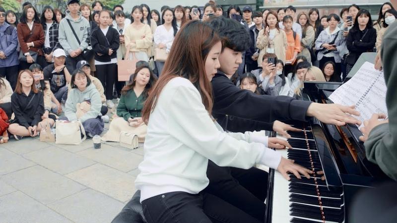 男女学生が一体になって演奏する鳥肌立つストリートピアノ