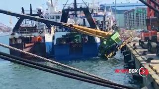 В Пусане во время погрузки российского судна кран упал в воду вместе с крановщиком
