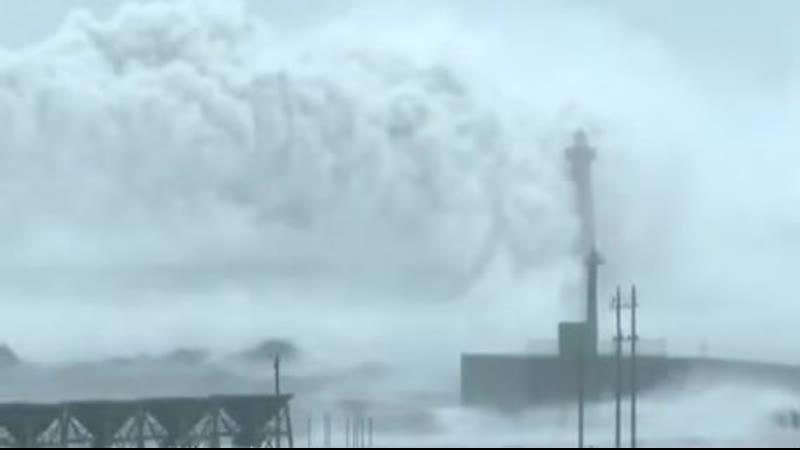 Тайфун Меги самая большая волна снятая на камеру