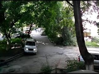 В Пятигорске бесчинства пьяного автоугонщика во дворе дома записали на видео