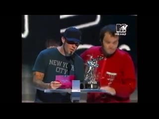 Fred Durst and Jack Black deliver The Best VMA Rock Video 2003 award to Linkin P